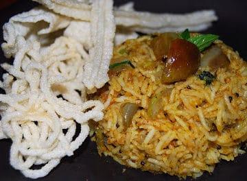 Vangi Bhath served with fried vatrals