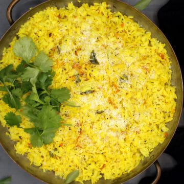 Turmeric rie with coconut and cilantro